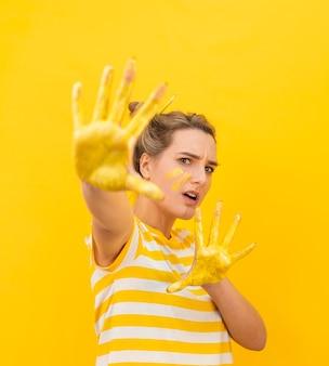 Donna spaventata con le mani dipinte