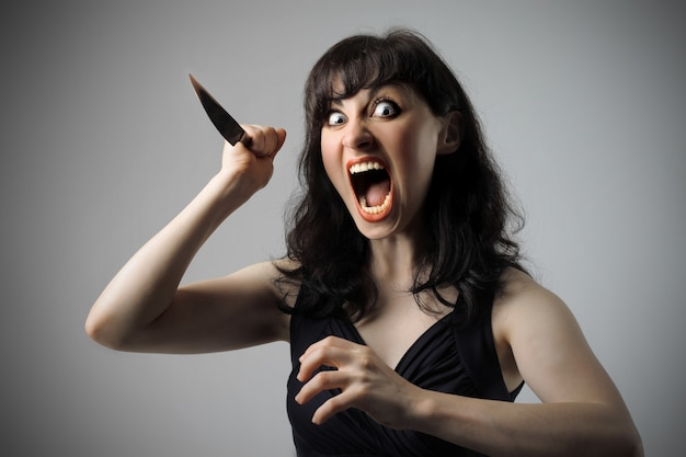 Donna spaventosa con un coltello