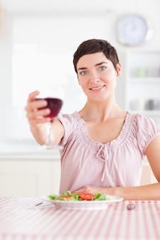 Donna splendida che tosta con vino