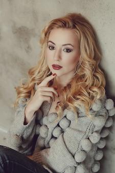 Donna splendida con maglione grigio