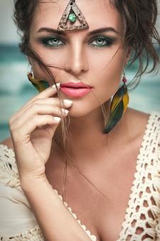 Donna splendida con uno sguardo bello e penetrante