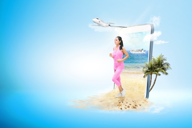 Donna sportiva asiatica che funziona sulla spiaggia