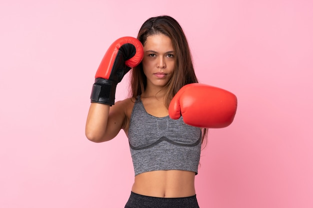 Donna sportiva brasiliana sopra il rosa