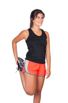 Donna sportiva che allunga prima dell'esercizio.