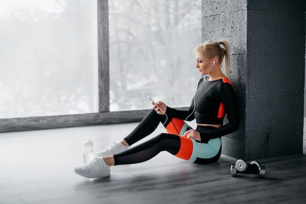 Donna sportiva che ascolta la musica sulle cuffie