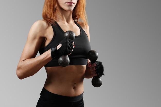 Donna sportiva che lavora fuori