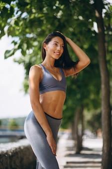 Donna sportiva che si esercita nel parco