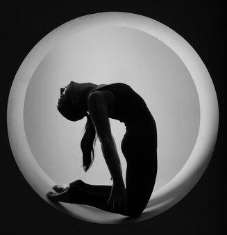 Donna sportiva che si estende all'interno di un cerchio