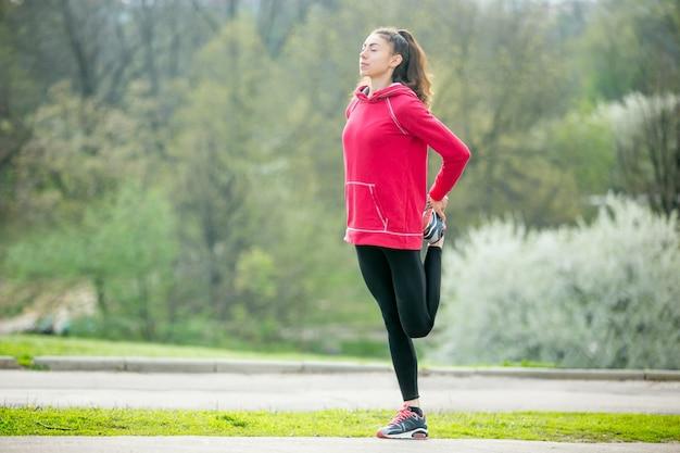 Donna sportiva che si scalda all'aperto