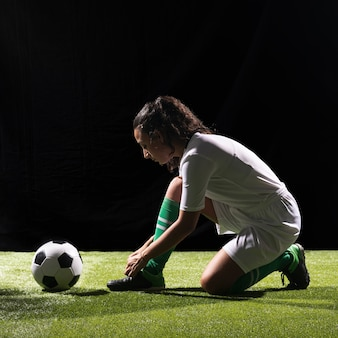 Donna sportiva della foto a figura intera pronta a giocare