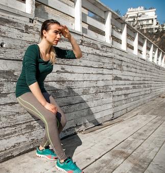 Donna sportiva di forma fisica che riposa dopo l'esercizio