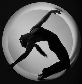Donna sportiva sagoma in cerchio
