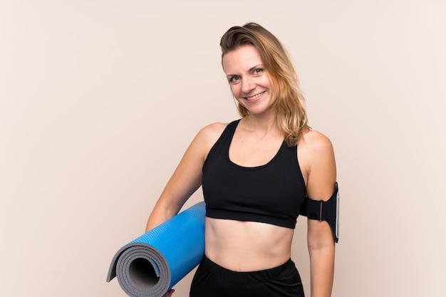 Donna sportiva sopra il muro isolato