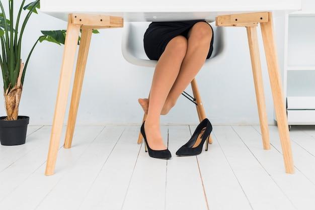 Donna stanca che si siede al tavolo
