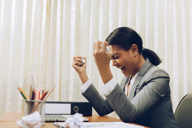 Donna stanca di affari con l'emicrania all'ufficio