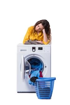 Donna stanca dopo aver fatto il bucato isolato su bianco