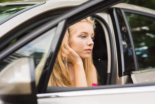 Donna stanca premurosa in auto