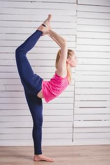 Donna, standing, stretching, parete, legno