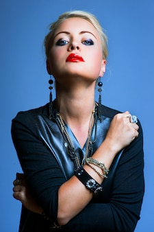 Donna stile punk, sfondo blu