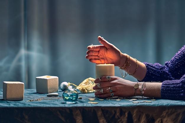 Donna strega usando candele fiamma per incantesimo durante la stregoneria mistica. illustrazione magica