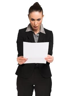 Donna stupita che legge un documento. isolato su bianco