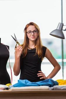 Donna su misura lavorando su nuovi vestiti