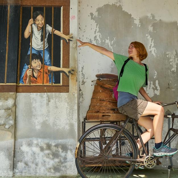 Donna su una bicicletta