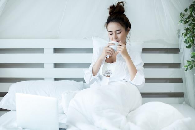 Donna sul letto in casa