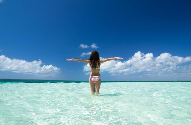 Donna sul mare tropicale