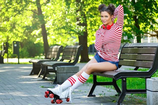 Donna sul pattino di rullo nel parco