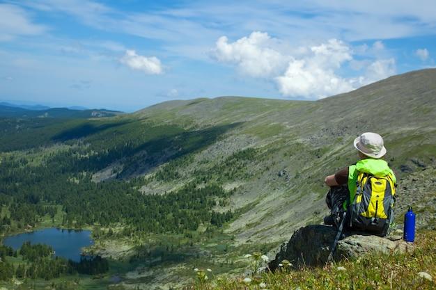 Donna sul picco di montagna