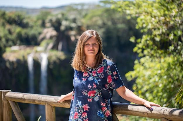 Donna sullo sfondo della cascata di chamarel mauritius