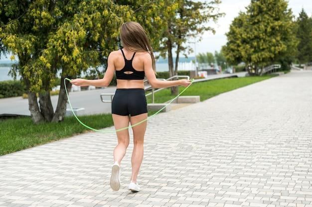 Donna sveglia che fa gli esercizi a lungo termine