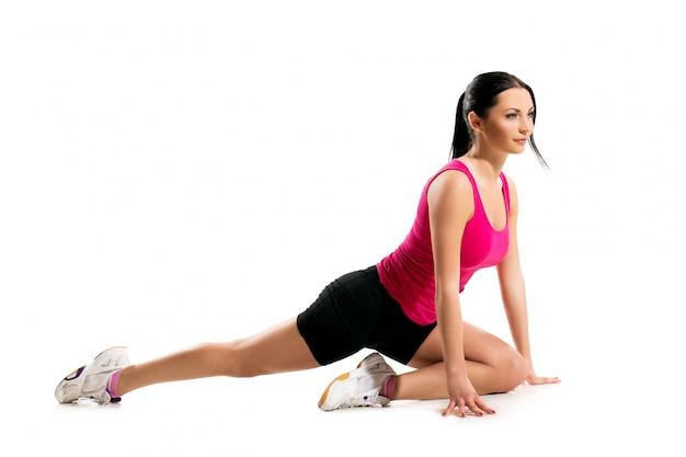 Donna sveglia del brunette durante l'esercizio di forma fisica