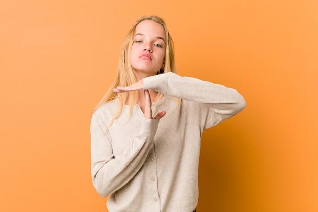 Donna sveglia e naturale dell'adolescente che mostra un gesto di timeout.
