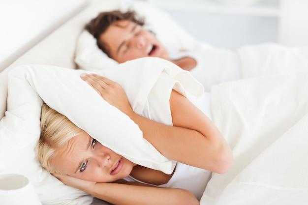 Donna svegliata dal russare del marito