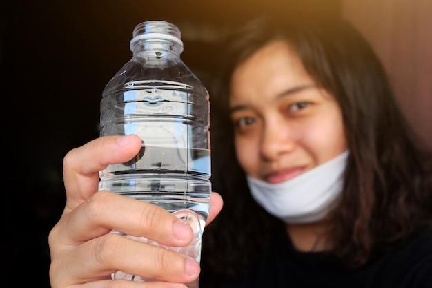 Donna tailandese asiatica che indossa una maschera di stoffa bianca per prevenire il virus covid-19 o corona