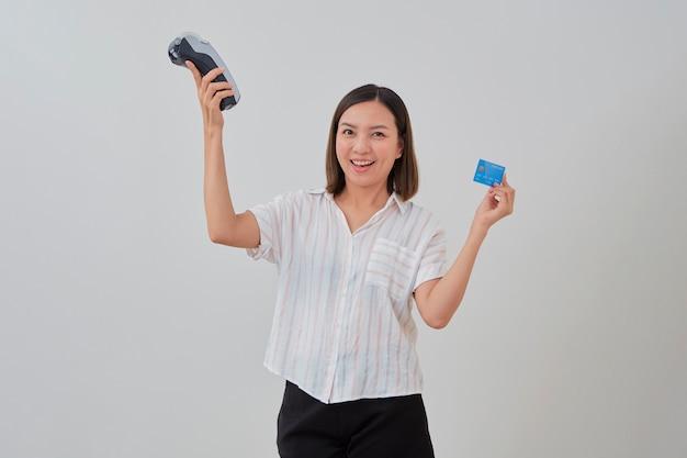 Donna tailandese che presenta la carta di credito per effettuare il pagamento
