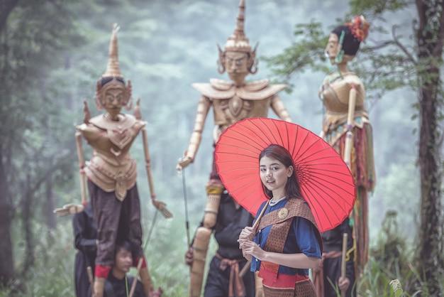 Donna tailandese con burattini tradizionali