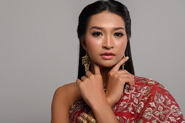 Donna tailandese di beautyful che porta vestito tailandese