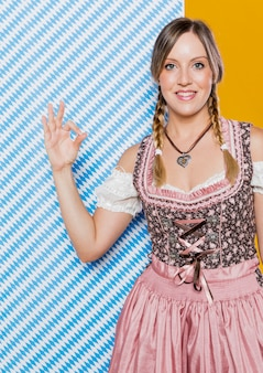 Donna tedesca di smiley pronta per il festival