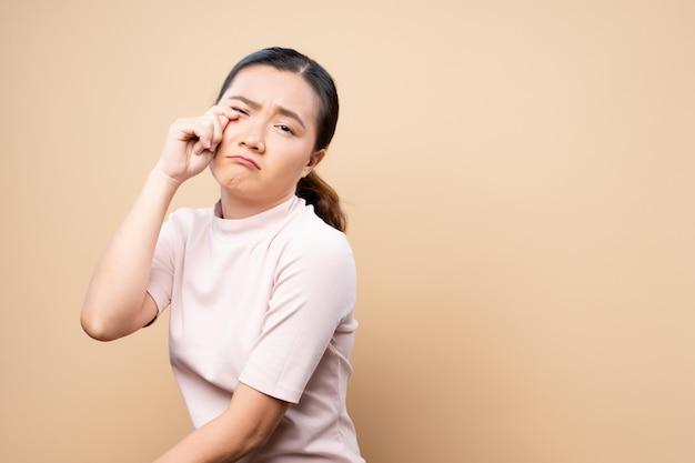 Donna triste che grida e che sta isolata