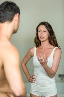Donna triste che parla con uomo in bagno