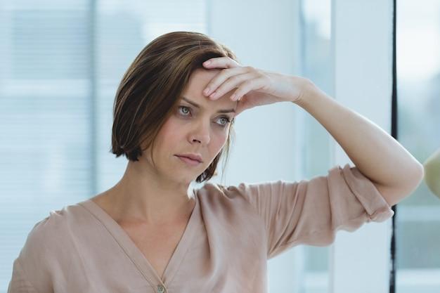 Donna triste che sta a casa
