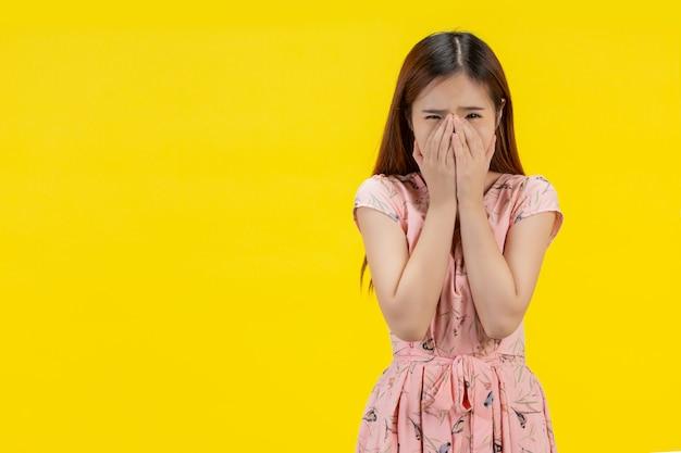 Donna triste la femmina chiuse le mani sul viso