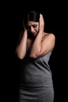 Donna triste nella priorità bassa nera