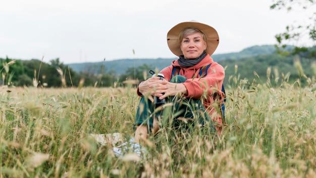 Donna turistica anziano in natura ed erba