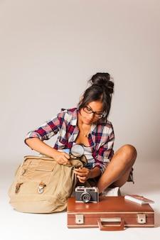 Donna turistica con sacchetto e lente d'ingrandimento