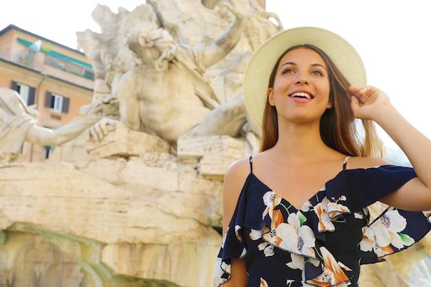 Donna turistica in visita a piazza navona a roma, italia