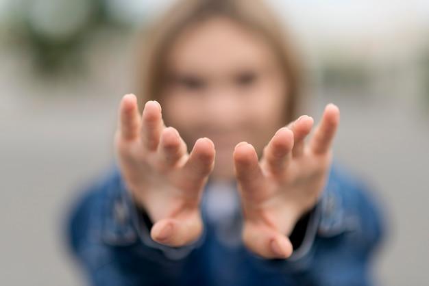 Donna vaga che allunga le sue mani